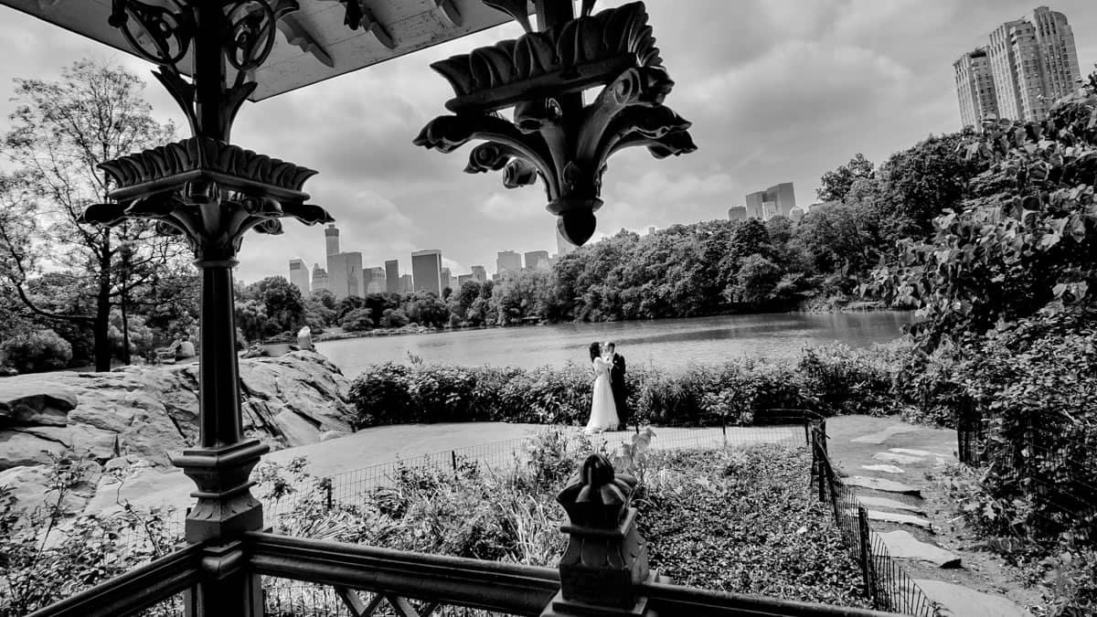 sposi a central park, new york, skyline