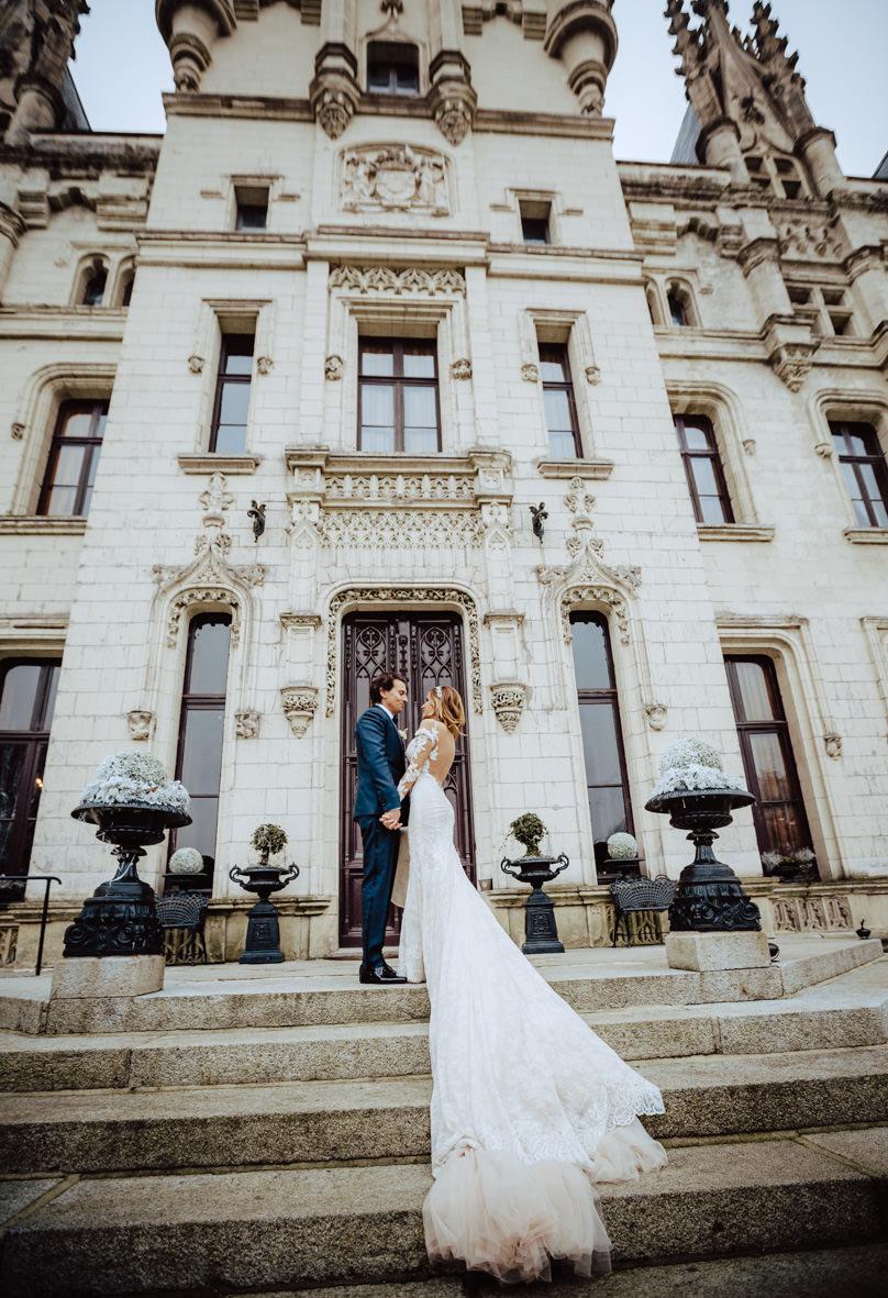 couple portrait entrance chateau challain