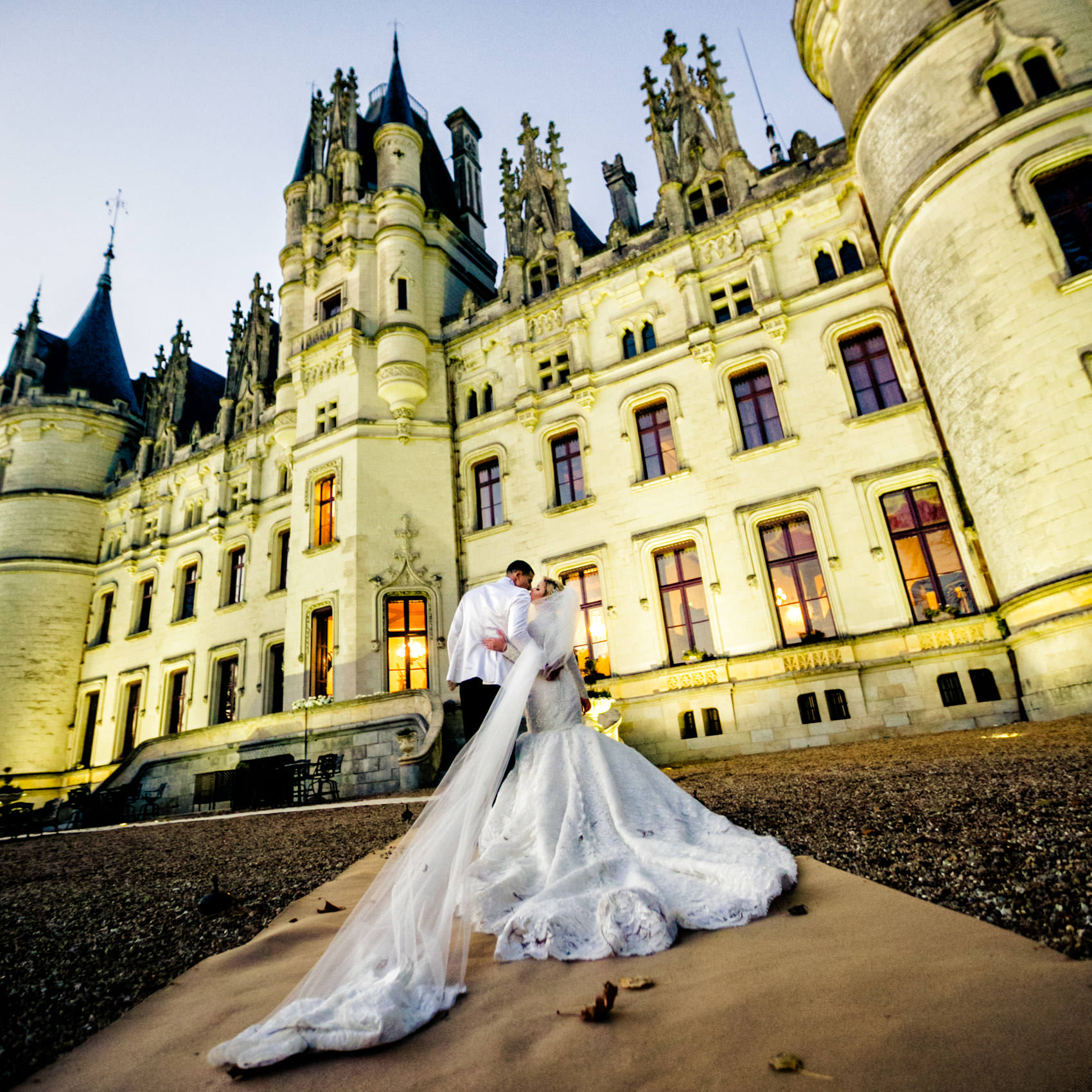 couple kissing chateau challain